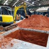 Escavação de piscina com escavadeiras Residencial Paineiras