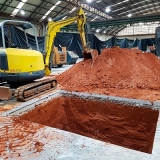 Escavação de piscina com escavadeiras Barreiro