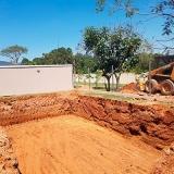 Escavação de piscina com escavadeira